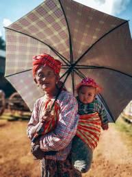 Myanmar-Kalaw-oma-kind-draagdoek-paraplu